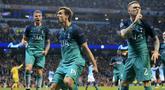 Striker Tottenham Hotspur, Fernando Llorente, melakukan selebrasi usai membobol gawang Manchester City pada laga Liga Champions di Stadion Etihad, Rabu (17/4). Manchester City menang 4-3 atas Tottenham Hotspur. (AP/Jon Super)