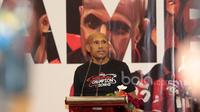 Benhur Tommy Mano, Presiden Persipura sekaligus Walikota Jayapura saat memberikan sambutan penyerahan Bonus dari PT. Freeport kepada Tim Persipura di Kartika Candra, Jakarta, (06/1/2017), (Bola.com/Nicklas Hanoatubun)