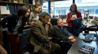 Wapres Ekuador Lenin Moreno (kiri) berbicara dengan ilmuwan terkemuka Stephen Hawking (kanan) saat berkunjung ke kantornya di University of Cambridge, London, Inggris, 30 Agustus 2012. (AFP PHOTO/VICE PRESIDENCY OF ECUADOR/Guillermo Granja)