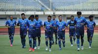 Para pemain Persib Bandung melakoni latihan perdana dalam persiapan menuju Liga 1 musim 2021/2022 di Stadion Gelora Bandung Lautan Api, Senin (24/5/2021). (Bola.com/Erwin Snaz)