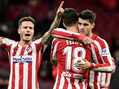 Para pemain Atletico Madrid merayakan gol yang dicetak Alvaro Morata ke gawang Osasuna pada laga La Liga di Stadion Wanda Metropolitano, Madrid, Sabtu (14/12). Atletico menang 2-0 atas Osasuna. (AFP/Cristina Quicler)