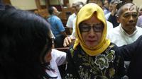 Mantan Dirut Pertamina Karen Agustiawan menangis usai mejalani sidang pembacaan tuntutan di Pengadilan Tipikor, Jakarta, Senin(10/6/2019). Karen terlihat menahan haru saat mendapat banyak dukungan dari kerabatnya. (Liputan6.com/Herman Zakharia)