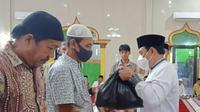 Para Penggali Kubur, Guru Ngaji dan Rubiyah mendapat bantuan sembako dari Pemkot Bengkulu. (Liputan6.com/Yuliardi Hardjo)