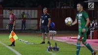 Pelatih PSMS, Peter James Butler (tengah) saat laga melawan Bhayangkara FC pada lanjutan Go-Jek Liga 1 Indonesia bersama Bukalapak, Stadion PTIK, Jakarta, Jumat (3/8). Bhayangkara FC unggul 3-1. (Liputan6.com/Helmi Fithriansyah)