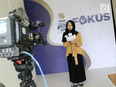Seorang mahasiswi mengikuti lomba presenter saat  Emtek Goes to Campus (EGTC) 2018 di Universitas Negeri Semarang (UNNES), Semarang, Selasa (17/7). Lomba presenter EGTC 2018 mencari juara 1 dari enam kota. (Liputan6.com/Herman Zakharia)
