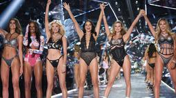 Model Adriana Lima bersama Taylor Hill, Jasmine Tookes, Elsa Hosk, Adriana Lima, Behati Prinsloo dan Candice Swanepoel menyapa penonton di atas catwalk selama Victoria's Secret Fashion Show 2018 di Pier 94 di New York (8/11). (AP Photo/Evan Agostini)