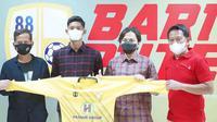 Petinggi Barito Putera mulai pelatih Djadjang Nurdjaman, CEO Hasnuryadi Sulaiman, dan Manajer Mundari Karya memotivasi pemain muda Pajri Maulana (dua dari kiri) di BRI Liga 1 2021/2022. (Bola.com/Gatot Susetyo)