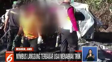 Korban luka adalah pengemudi minibus yang setiap harinya mengangkut para karyawan Bank BNI dan Bank Mandiri.