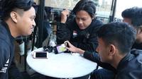 Tim PES Indonesia sedang berdiskusi membahas taktik, di London, Inggris. Mereka akan beraksi pada nomor co-op, malam ini.  (FOTO / Liga1PES)