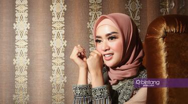 Rumah tangga Tiara Dewi kembali kandas. Perniakhan keduanya dengan artis dan politisi Lucky Hakim itu kini sedang proses di Pengadilan Agama. Padahal, rumah tangga keduanya baru berjalan beberapa bulan. (Bambang E. Ros/Bintang.com)