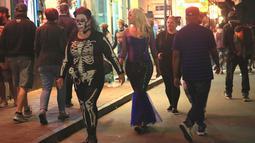 Warga yang mengenakan kostum Halloween melintasi jalan di New Orleans, Louisiana, Amerika Serikat, 31 Oktober 2020. Akibat pandemi COVID-19, perkumpulan warga dibatasi di New Orleans dan semua lokasi ditutup mulai pukul 23.00 waktu setempat pada Sabtu (31/10). (Xinhua/Lan Wei)