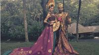 Saat liburan ke Bali, John Legend dan sang istri Chrissy Teigen tampil memukau dengan mengenakan pakaian adat Bali. (Foto: Instagram/@johnlegend)