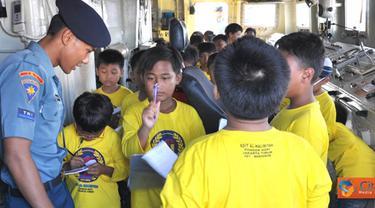 Citizen6, Jakarta: KRI Teluk Manado-537 yang tengah dalam persiapan melaksanakan operasi dalam rangka mendukung pengamanan pulau-pulau terluar wilayah barat RI, menerima murid-murid tersebut. (Pengirim: Kadispen Kolinlamil)