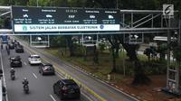 Kendaraan melintas di bawah alat electronic road pricing (ERP) di Jalan Medan Merdeka Barat, Jakarta, Senin (13/11). Pemprov DKI Jakarta akan melakukan uji coba coba sistem jalan berbayar atau ERP secara. (Liputan6.com/Angga Yuniar)