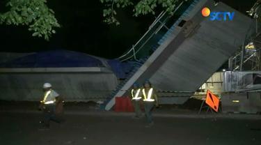 Beton penyambung proyek LRT di Pulogadung jurusan Kelapa Gading - Velodrome, tiba-tiba ambruk. Lima orang terluka dan dilarikan ke RS.