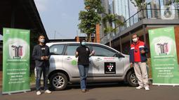 Head of Global Transport Marketing Gojek Amanda Parikesit, Mitra Driver GoCar Charissa dan National Sales Senior GM PT Sharp Electronics Indonesia Andry Adi Utomo foto bersama Media Talkshow dan Experience di Jakarta, Rabu (21/04/2021). (Liputan6.com/HO/Ading)