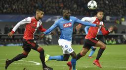 Bek Napoli, Kalidou Koulibaly, berebut bola dengan bek Feyenoord, Jeremiah St Juste, pada laga Liga Champions di Stadion Kuip, Rotterdam, Rabu (6/12/2017). Feyenoord menang 2-1 atas Napoli. (AFP/John Thys)