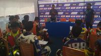 Pembalap senior, Rey Ratukore saat memberikan pelatihan teori kepada peserta kelas Aerox 155 di sela-sela Yamaha Cup Race Singkawang (dok: Yamaha)