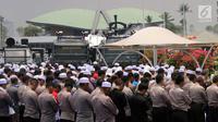 Polisi dan massa aksi 299 melakuan salat Jumat di depan Gedung MPR/DPR, Jakarta, Jumat (29/9). Aksi  tersebut menolak Peraturan Pemerintah Pengganti Undang-Undang Nomor 2 Tahun 2017 tentang Perppu Ormas. (Liputan6.com/Johan Tallo)