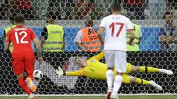 Kiper Inggris, Jordan Pickford, gagal mengamankan penalti Tunisia pada laga Grup G Piala Dunia di Volgograd Arena, Volgograd, Senin (18/6/2018). Inggris menang 2-1 atas Tunisia. (AP/Sergei Grits)