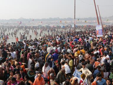 Ratusan ribu umat Hindu berdoa pada hari Basant Panchami dalam festival tahunan Magh Mela di Allahabad, India, Senin (22/1). Basant Panchami dirayakan dengan menyembah Dewi Ilmu dan Hikmat Hindu, Saraswati. (AP Photo/Rajesh Kumar Singh)