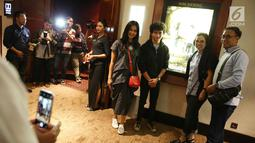Sejumlah pemain film Dilan 1990 berpose saat nonton bareng (nobar) di Senayan City, Jakarta, Kamis (8/12). Film Dilan 1990 merupakan adaptasi dari novel populer karya Pidi Baiq. (Liputan6.com/Immanuel Antonius)
