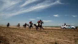 Sejumlah perserta memacu kudanya saat bersaing dalam festival kuda Arab di Karhuk, Hassakeh, Suriah (5/5/2019). Festival kuda Arab tahunan ini sudah berlangsung keenam kalinya di daerah Al-Jwadea. (AP Photo/Baderkhan Ahmad)