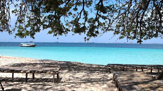 air laut yang jernih menyambut wisatawan yang menyeberang dari Pantai Losari