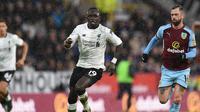 Winger Liverpool Sadio Mane menerobos pertahanan Burnley pada laga Liga Inggris di Turf Moor, Senin (1/1/2018). (AFP/Oli Scarff)