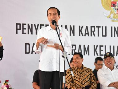 Presiden Joko Widodo atau Jokowi memberi pertanyaan kepada seorang wanita saat penyerahan KIP dan PKH di SMA Negeri 1 Palembang, Sumatra Selatan (22/1). (Liputan6.com/Pool/Biro Setpres)