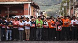 Pramusaji dari berbagai restoran bersiap mengikuti Waiters Race ke-16 di Antigua, barat daya Ibu Kota Guatemala City, Rabu (14/11). Ratusan peserta beradu kecepatan sembari membawa nampan berisi dua minuman ringan, bir dan air. (JOHAN ORDONEZ/AFP)