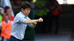 Pelatih Korea Selatan, Shin Tae-yong, memberikan arahan kepada anak asuhnya saat melawan Jerman pada laga Piala Dunia di Kazan Arena, Rusia (27/6/2018). Jerman takluk 0-2 dari Korea Selatan. (AFP/Saeed Khan)