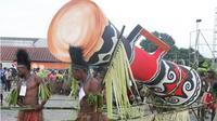 Salah satu dari lima tifa raksasa yang diarak masyarakat adat dalam parade Festival Tifa di Merauke. (KabarPapua.co/Abdel Syah)