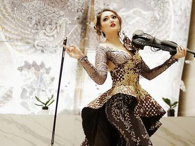 Anak dari DIva Keroncong Indonesia, darah seni Tara Adia mengalir dari ibunya ditunjukkan dengan talentanya bermain musik, bernyanyi dan membuat lagu sejak kecil. (Liputan6.com/IG/@taraadia)