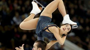 Ksenia Stolbova dan Fedor Klimov dari Rusia beraksi dalam kompetisi figure skating Skate America di Milwaukee, Wisconsin, AS, Sabtu (24/10/2015). (Reuters/Lucy Nicholson)
