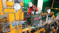 Petugas mengecek instalasi pipa metering regulating station PT Perusahaan Gas Negara (Persero) Tbk (PGN) di PT Lion Metal Works di Jakarta, (28/10/2015). PGN berkomitmen memperluas pemanfaatan gas bumi di sektor Industri. (Liputan6.com/Angga Yuniar)