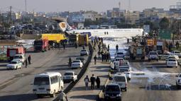 Pesawat penumpang Iran keluar dari landasan saat akan mendarat di Kota Bandar-e Mahshahr, Iran (27/1/2020). Tergelincirnya pesawat tersebut disebabkan sang pilot terlambat mendaratkan pesawat sehingga menyebabkan pesawat keluar dari landasan dan berhenti di jalan raya. (Mohammad Zarei/ISNA via AP)