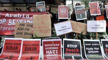 Pengunjuk rasa menggelar aksi solidaritas di depan Kedubes Arab Saudi, Jakarta, Selasa (20/3). Sejumlah organisasi masyarakat dan LSM menggelar aksi protes terkait eksekusi mati Tenaga Kerja Indonesia (TKI) Zaini Misrin. (Merdeka.com/Iqbal S. Nugroho)