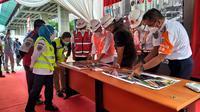 Menhub Budi Karya Sumadi melakukan kunjungan kerja ke Stasiun LRT Dukuh Atas untuk mengecek progress pembangunan LRT Jabodebek.  Serta ke Stasiun Manggarai.Liputan6.com/Athika
