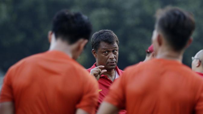 Pelatih Persija Jakarta, Sergio Farias, melakukan latihan di Lapangan Sutasoma, Jakarta, Rabu(28/1/2020). Gelandang Timnas Indonesia ini menjalani latihan terpisah karena masih pemulihan cedera. (Bola.com/M Iqbal Ichsan)