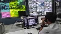 Petugas memantau kondisi lalu lintas melalui monitor kamera pengawas (CCTV) berpengeras suara di ruang Network Operation Center (NOC) Unit Pelayanan Sistem Pengendali Lalu Lintas (UP SPLL) Dishub DKI Jakarta, Kamis (5/10). (Liputan6.com/Faizal Fanani)