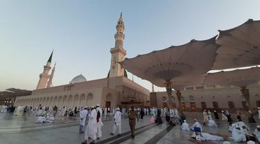Jemaah haji Indonesia  di Masjid Nabawi, usai melaksanakan sholat subuh. Foto: Darmawan/MCH