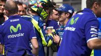 Valentino Rossi berjabat tangan dengan Maverick Vinales (kanan) selepas balapan MotoGP Prancis di Sirkuit Le Mans, 8 Mei 2016. (Twitter/Crash)