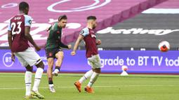 Pemain Aston Villa, Jack Grealish, mencetak gol ke gawang West Ham United pada laga Premier League di Stadion London, Minggu (26/7/2020). Kedua tim bermain imbang 1-1. (Andy Rain/Pool via AP)