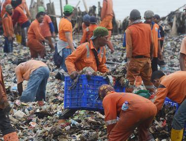 Hamparan Sampah Penuhi Muara Angke Bak Pulau di Atas Laut