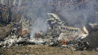 Pesawat India yang jatuh di area Budgam. Ketegangan New Delhi dan Islamabad sedang meninggi.(AP/Mukhtar Khan)