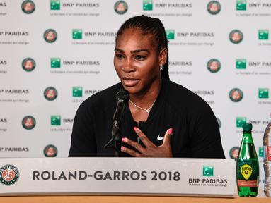Petenis Amerika Serikat, Serena Williams menggelar konferensi pers terkait pengunduran dirinya dari Prancis Terbuka di Roland Garros, Paris, Senin (4/6). Serena Williams mundur hanya beberapa saat jelang melawan Maria Sharapova. (Pauline BALLET/FFT/AFP)