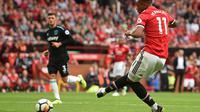 Momen saat Anthony Martial menyumbang satu dari empat gol Manchester United (MU) ke gawang West Ham United. (Oli SCARFF / AFP)