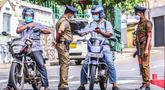 Sejumlah polisi memeriksa pengendara sepeda motor di Wallampitiya, Kolombo, Sri Lanka, 25 Oktober 2020. Total kasus COVID-19 di Sri Lanka pada Minggu (25/10) bertambah menjadi 7.872 setelah 351 pasien baru terdeteksi. (Xinhua/Ajith Perera)