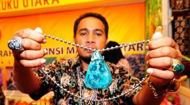 Maluku Utara menampilkan batu Bacan Doku yang tengah naik pamor saat pameran di gedung SMESCO, Jakarta, Jumat (5/6/2015). Pameran ini diikuti 116 peserta dari 33 provinsi dalam rangka HUT Dekranas Ke–35. (Liputan6.com/Yoppy Renato)
